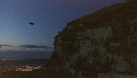 Фотография НЛО, летевшего в сумеречном небе, вызвала споры в интернете