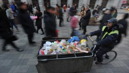 Мусорщик жертвует деньги детям, несмотря на скромную зарплату