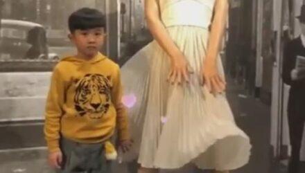 Мальчик оказался настоящим джентльменом по отношению к восковой фигуре