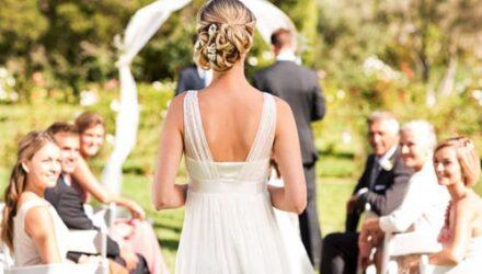 Женщина, приглашённая на свадьбу, выбрала неудачное платье