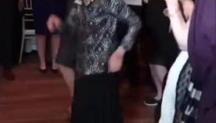 Бабушка, вышедшая на танцпол, сумела всех поразить