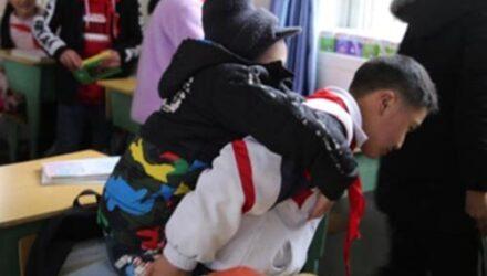 Самоотверженный школьник вот уже 6 лет таскает одноклассника-инвалида на спине