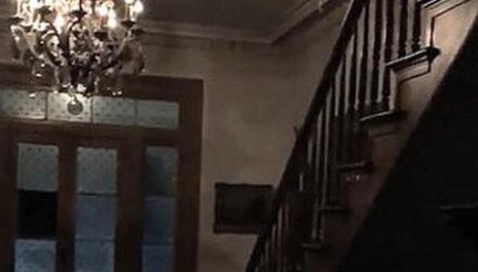 Дети-призраки в белых чулках прошлись по старому дому