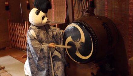 Чтобы привлечь верующих в храм, священница носит маски животных