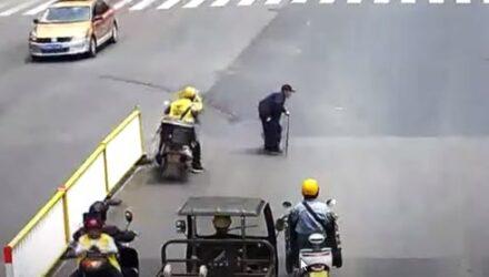 Чтобы помочь старику перейти дорогу, курьер нарушил правила дорожного движения