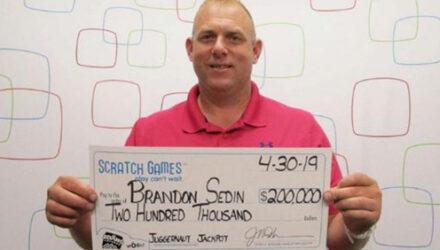 Счастливчик уверен, что его выигрыш в лотерею стал наградой за добрый поступок
