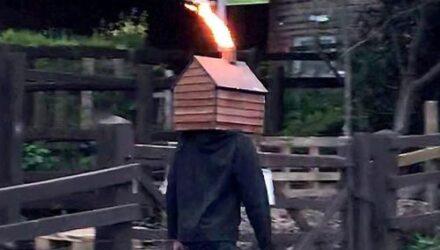 Чудак прогулялся по улице с деревянным сараем на голове