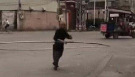 Чтобы избавиться от боли в спине, мужчина крутит гигантский хулахуп
