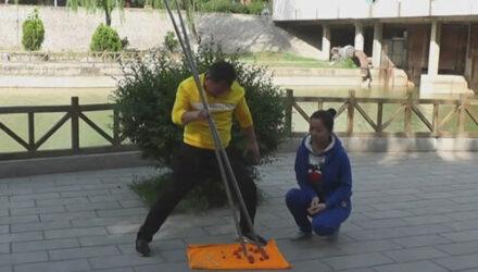 Артист научился пользоваться огромными палочками для еды