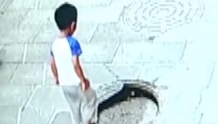 Мальчик, наступивший на сломанную крышку люка, чуть не погиб