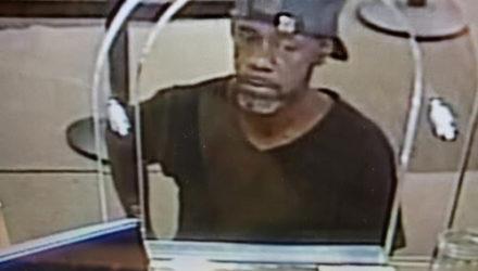 Придя в банк с целью ограбления, преступник сообщил кассирше своё имя и адрес