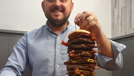 Клиентам, умершим после поедания монструозного гамбургера, владелец паба обещает оплатить надгробие
