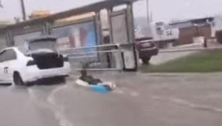 Последствия тайфуна принесли радость остроумному незнакомцу