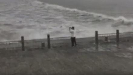 Волны чуть не унесли мужчину, пожелавшего снять эффектный видеоролик