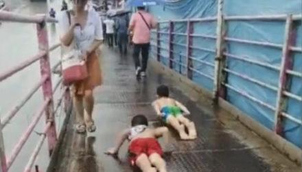 Дети нашли способ отлично развлечься под дождём