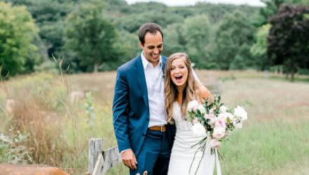 Олень присоединился к свадебной фотосессии и съел букет невесты