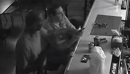 «Самый хладнокровный человек в мире» странно отреагировал на ограбление в баре