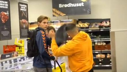 Шутник бросал полотенце на голову ничего не подозревающих покупателей