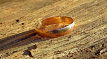 Добрые люди и маленькая рыбка помогли найти обручальное кольцо