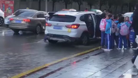 Водитель сделал мост для школьников из собственной машины