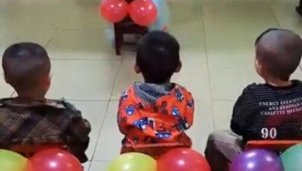 С помощью воздушных шаров учительница научила детей подтираться