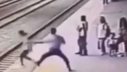 Незнакомку, собравшуюся прыгнуть под поезд, спасли в последний момент