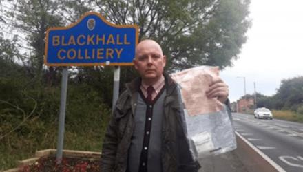 Жителям деревни в Англии уже 5 лет подбрасывают деньги в пакетах