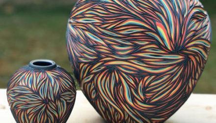 Художник специализируется на резной керамике, окрашенной в разные цвета