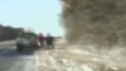 Солдаты, помогавшие автомобилистке менять шину, едва избежали смерти