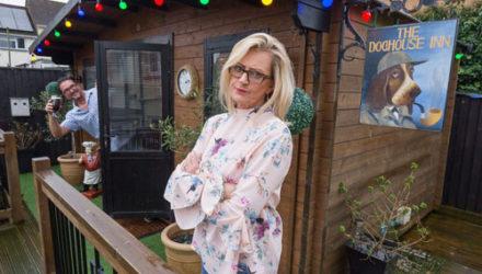 Чтобы удержать мужа дома, жена построила паб на заднем дворе