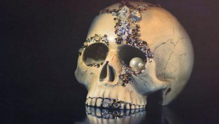 Муж напугал жену, заявив, что после смерти хочет смотреть на неё с каминной полки