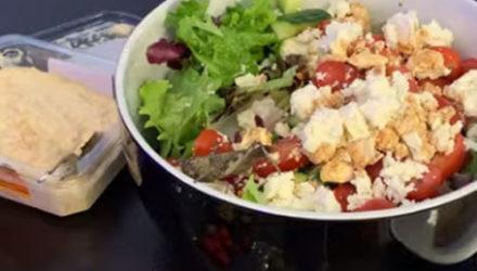 Саранча нашла укрытие в свежем салате