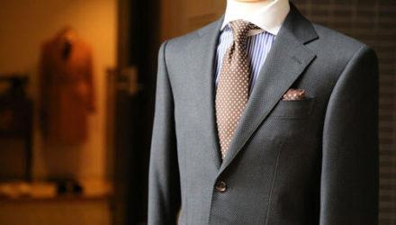 Чтобы примерить костюм в магазине, клиентам приходится платить