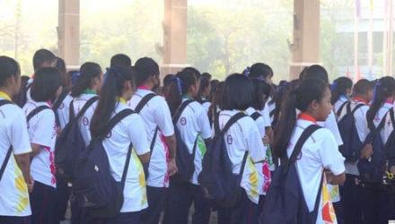 Школьники, недостаточно громко поющие гимн, подвергались наказанию