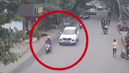 Женщина, оказавшаяся в ловушке под машиной, была спасена неравнодушными прохожими
