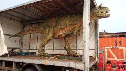 Отец по ошибке купил сыну в подарок слишком большого динозавра