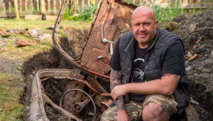 Британец работал в саду и нашёл там зарытую ретро-машину, которая, возможно, принадлежала секретному агенту