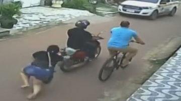 Увидев полицейскую машину, мотоциклист потерял пассажирку