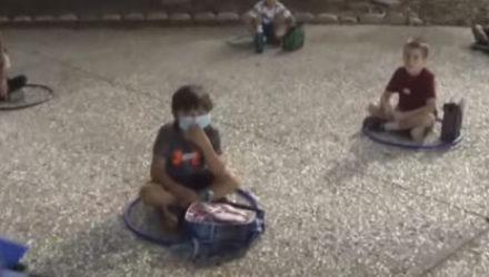 Сотрудники летнего лагеря используют хулахупы, чтобы держать детей на расстоянии