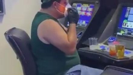 Мужчина умудрился покурить, не снимая защитной маски