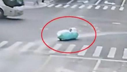 Водителя, катавшегося по улицам на подводной лодке, задержали