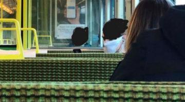 Чтобы уберечься от коронавируса, пассажир поезда нацепил на лицо трусики