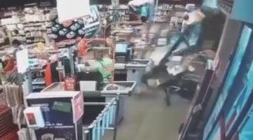 Бабушка на машине эффектно въехала в супермаркет