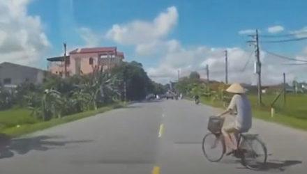 Велосипедист во время совершения манёвра проявил пугающую невнимательность