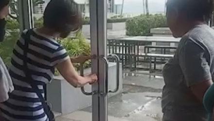 Попытавшись открыть дверь, женщина немного оконфузилась