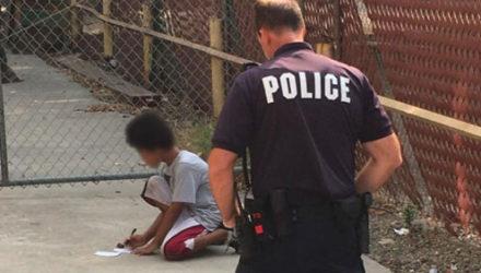 С помощью бумаги и карандаша полицейский помог ребёнку-аутисту воссоединиться с семьёй