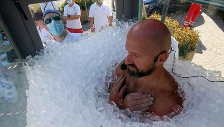 Спортсмен просидел во льду больше двух часов и побил собственный рекорд