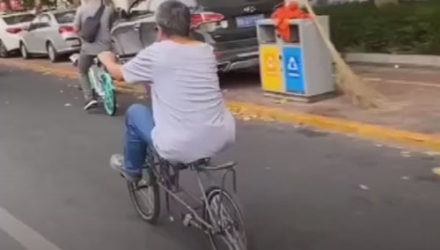 Умелец на необычном велосипеде удивляет всех очевидцев