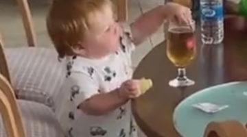 Собственная неловкость не позволила мальчику выпить его первое в жизни пиво