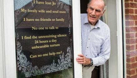 Одинокий вдовец повесил на своё окно трогательный плакат